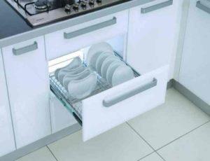 правильное хранение посуды в кухонном помещении предполагает полное отсутствие или наличие в минимальном количестве того, что осталось по наследству от бабушек и мам