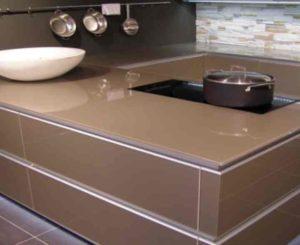 Передвижные столики обычно оснащены элементами, которые дают возможность менять месторасположение