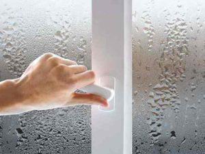сначала запотевание выглядит как множественные капли воды на стекле, которые стекают на подоконник