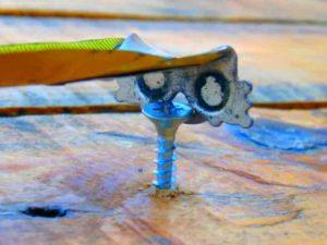 Отверстие на зацепе строительной рулетки