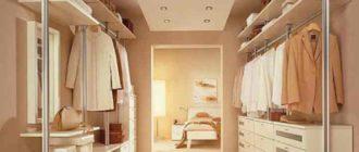 Гардеробную комнату в доме можно сделать за перегородкой