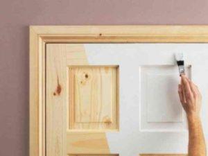Обновить старую дверь рационально, если вы ожидаете замены интерьера в целом.
