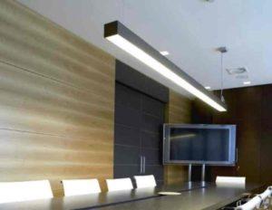Свойства линейных LЕD светильников.Линейный светильник конструктивно представляет собой коробчатую длинную панель, в которой есть пластина с распечатанными светодиодами.