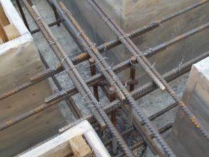 При пылеватых, глинистых и мелкопесчаных грунтах фундамент требуется опирать на непромерзающий слой ниже, чем уровень грунтовых вод.