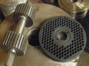Очищенный тип топлива требуется засыпать в дробилку, где оно будет измельчено.