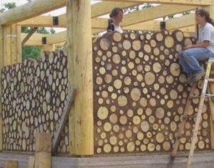 Ощутимая экономия на строительных материалах, особенно если древесину можно легко найти в округах будущего участка для строительства.