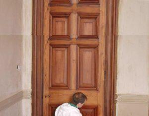 Расшатывание дверной клееной коробки