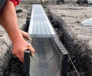 Элементы, которые собирают отведенную талую воду в сторону домов или грядок.