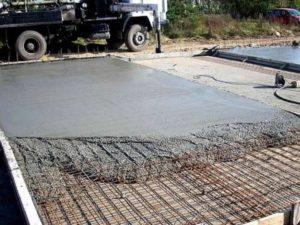 Заполнители будут удешевлять применение бетона – так как камни и песок стоят дешевле, нежели цемент.