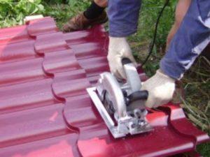 Чем резать металлочерепицу при укладке – лучшие способы и инструменты