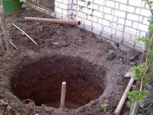 Герметичную сливную яму чаще всего обустраивают на участках возведения с неглубоко пролегающими водоносными грунтовыми слоями