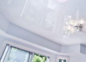Белые глянцевые натяжные потолки + фото в интерьере