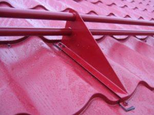 Коньковую планку или накладку для того, чтобы закрывать кровельные кромки в коньковой зоне.