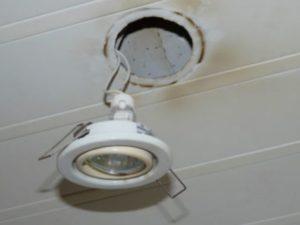 Классическая лампа накаливания с малым размером стеклянной колбы и обычным винтовым цоколей Е10. Эту лампу проще всего выкручивать из патрона, если его корпус сделан из керамики и обладает полноценной резьбой.