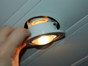 Эконом-лампы люминесцентного типа, и производить их замену сложнее всего. До того, как заменить люминесцентную лампу в потолке подвесного типа, обязательно нужны дополнительные меры безопасности.