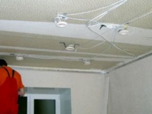 Как сделать проводку под натяжной потолок