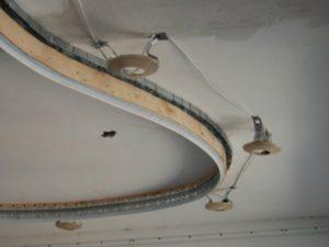 Проводка должна быть выполнена в гофрированной или стальной трубе.