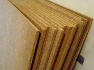 Древесно-стружечные плиты имеют в составе фенолформальдегидную смолу, и потому поверхность пола требуется дополнительно изолировать и прикрывать.