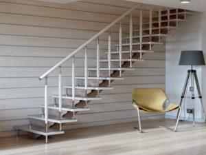 Лестницы из металла, которые ведут на второй этаж, способы придумать их в разных дизайнерских решениях.