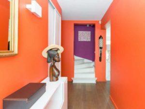 Идеально будет смотреть оранжевая прихожая, которая оформлена в восточном стиле. Комбинирование с черным цветом поможет все уравновесить.