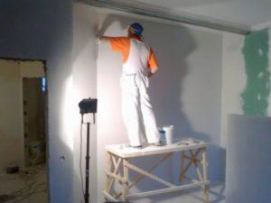Удобство применения – окрашенные стены подвергают несложной уборке