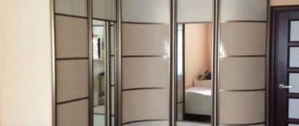 Дополнять шкаф можно при помощи зеркала, которое будет визуально расширять пространство и добавляет комнате пару лишних метров.