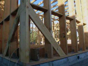 Для удобства фиксирования верхняя часть опор из столбов должна быть с плоским горизонтальным