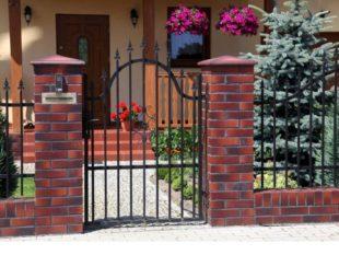 Забор с кирпичными столбами – свойства конструкции