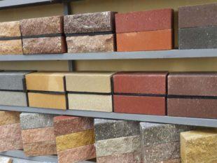 Огнеупорные кирпичи отличаются от керамических тем, что они могут выдерживать сильные термические