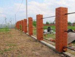 Особенности ограды со столбами из кирпичей