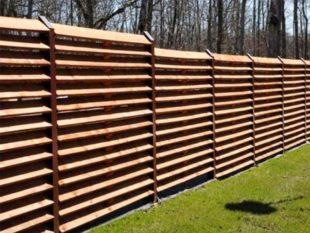 Пенсионеры стали отказываться от профлиста и стали делать деревянные заборы своими руками