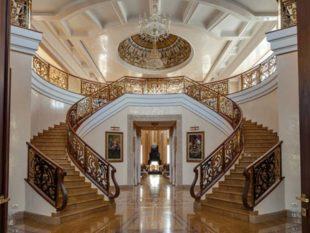 Интерьер и экстерьер дома оформлены с отсылками к некоторым классическим стилям Европы