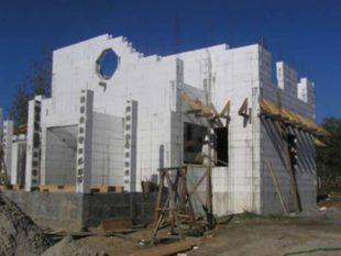 Арматурные металлические прутики, которые играют роль армирования при заливании стеновых блоков.
