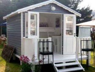 Маленький домик из простых досок.