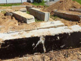 Свайный материал – на агрессивной почве металл быстро ржавеет и сваи просто поломаются.
