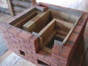 Для обогревания предбанника и парилки делают печь «по-белому», в которой кирпичная конструкция оснащена дымоходом