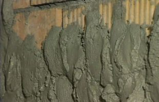 Особенности штукатурки стен цементным раствором + технология