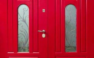 Входная дверь в частный дом со стеклом