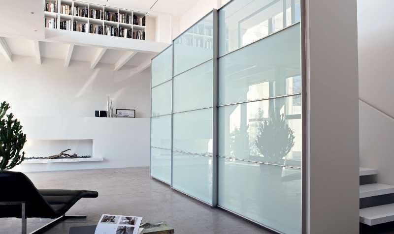 шкаф со стекляными дверями