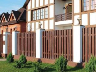 Какой штакетник выбрать для ограды дома – деревянный или металлический
