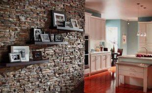 Для отделки изнутри дома можно использовать и камень искусственного происхождения