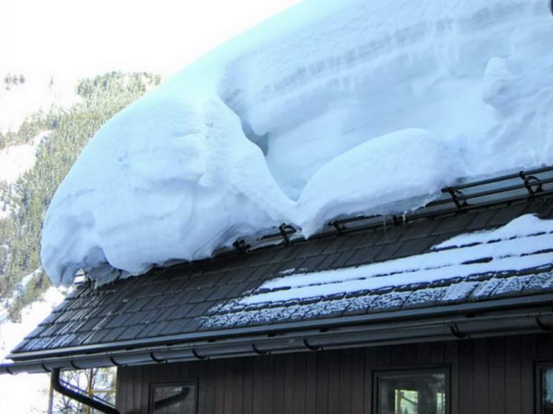 Сход с крыши лавины – это опасно