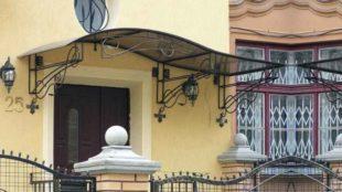 Козырьки над входной дверью: конструкции, разновидности и материалы